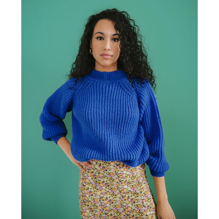 Modèle femme - Pull bleu sport Ted